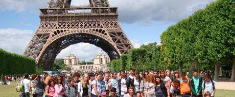 I giovani dello scambio Italia-Francia di fronte alla Torre Eiffel